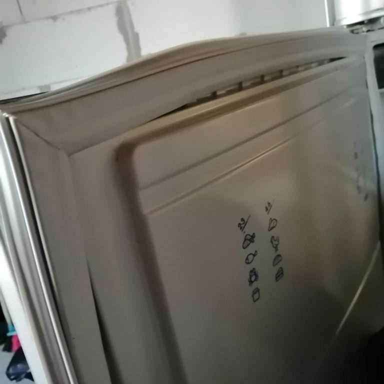 Замена уплотнительных резинок холодильника INDEZIT